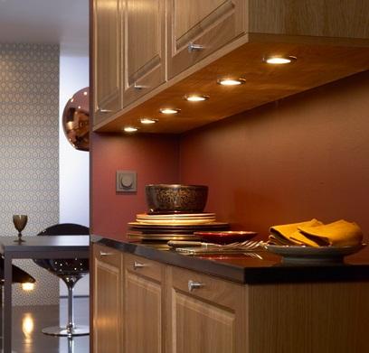 Встраиваемые светильники имеют направленное излучение в сторону столешницы и не слепят. Однако их установку следует предусматривать на этапе проектирования мебели, т.к. для их установки требуется ЛДСП толщиной 20 мм.