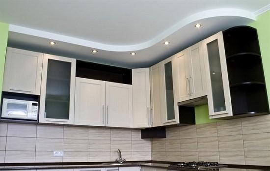 Встроенные ТС часто устанавливают в короб из гипсокартона. При этом форма короба повторяет очертания кухонного гарнитура.