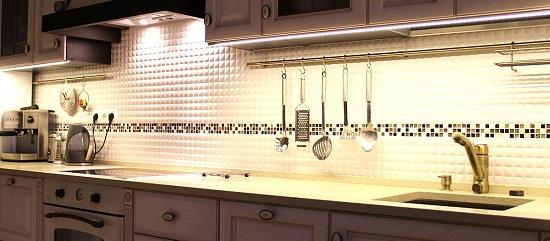 Диодная подсветка кухни. Из-за своих размеров лента практически не видна. При этом создается равномерное освещение по всей поверхности.