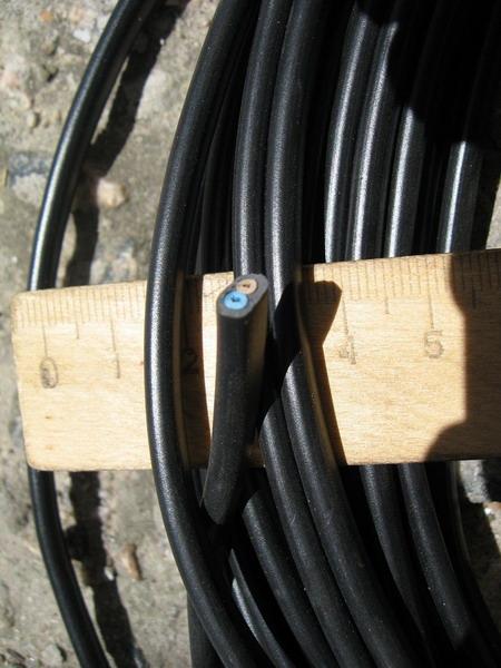 Фотография сечения провода ШВВП, на которой видна достаточно большая толщина изоляционных слоев