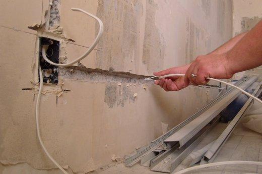 Хомут для проводки электричества в ванную комнату одевают на кабель и вбивают в заранее приготовленное отверстие