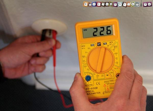 Измерение напряжения мультиметром в розетке 220В
