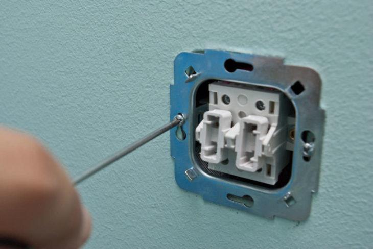 Снятие механизма выключателя