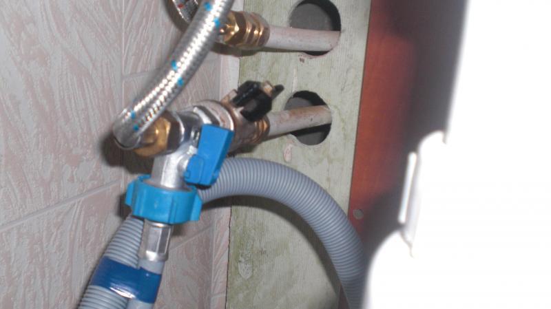 Монтаж и герметизация заливных шлангов при одновременном подключении стиралки и посудомйки