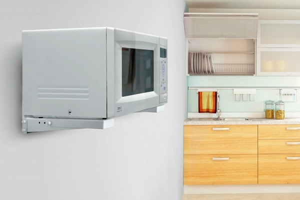 СВЧ на стене кухни