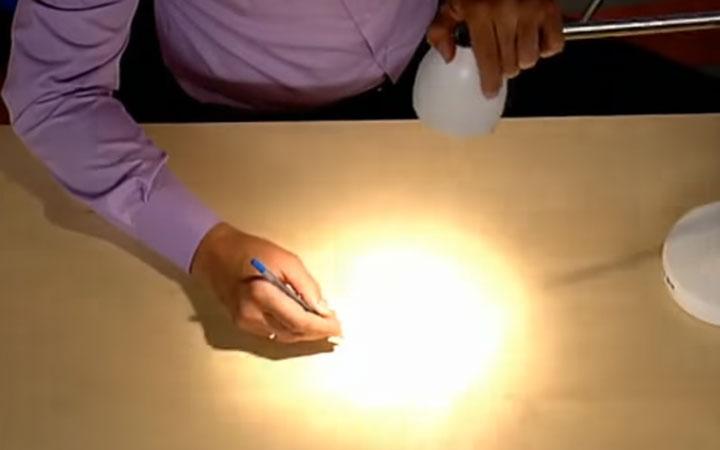где должен быть расположен настольный светильник