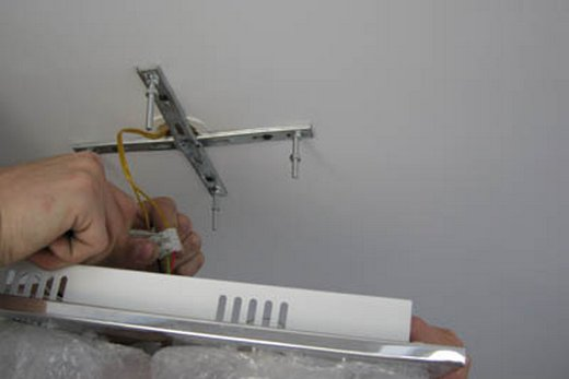 Подвешивание при помощи крестовины люстры