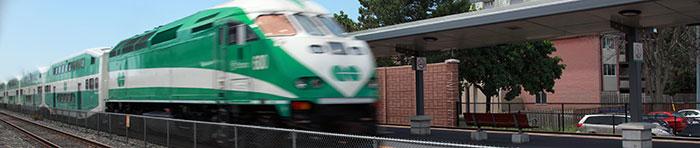 Мощность этого локомотива GO Train MP40PH-3C (Канада) равна 4000 лошадиных сил или 3000 киловатт. Он способен тянуть поезд из 12 вагонов с 1800 пассажирами