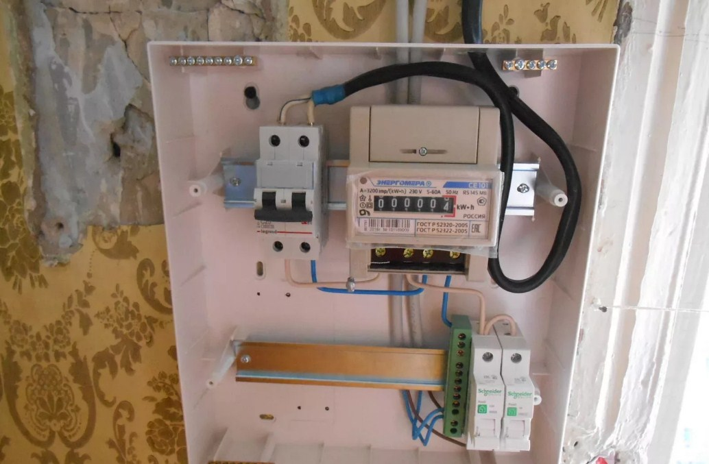 При установке вводного автоматического выключателя следует соблюдать правила техники безопасности