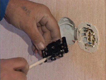 Профилактика электрических сетей и приборов очень важна для исключения поражения электрическим током в ванной комнате