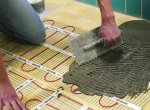 Этап 3: Нанесение плиточного клея на теплый пол