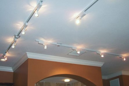 Как установить трековые светильники