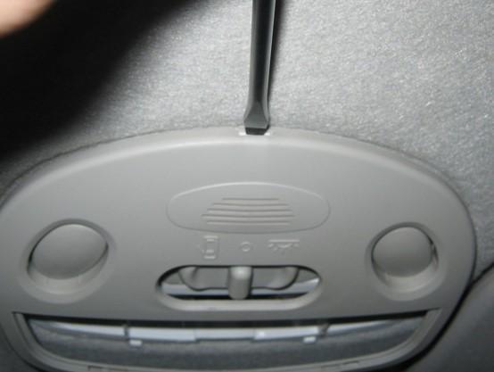 Правильное снятие плафона в салоне авто