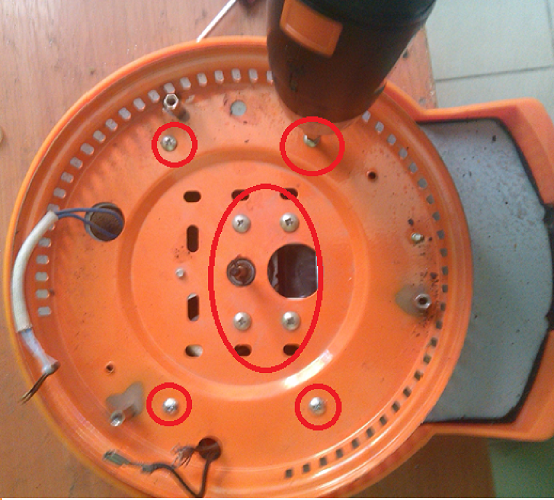Откручиваем винты электродвигателя