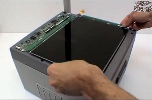 Матрицу от монитора накладываем на стекло проектора с зазором примерно 5 мм