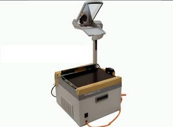 Для охлаждения матрицы от нагревания проекционной лампой в зазор нагнетается воздух вентилятором. Он виден справа. Для крепления матрицы и вентилятора можно применить клейкую ленту