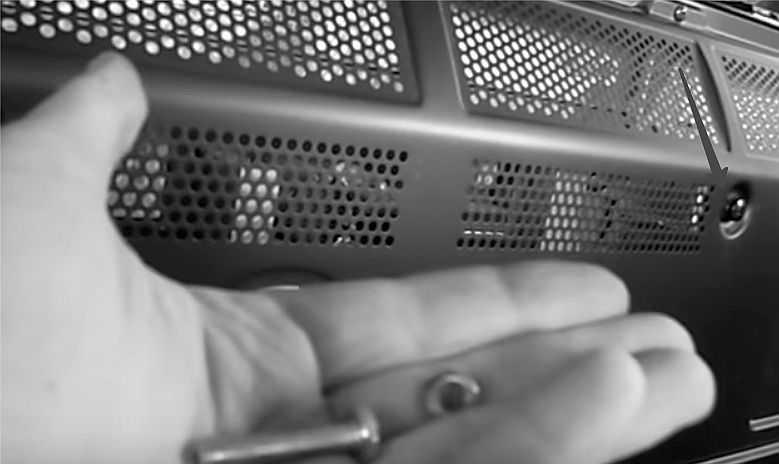 Закрепляем ответные пластины крепежом, который обычно идет в комплекте с телевизором