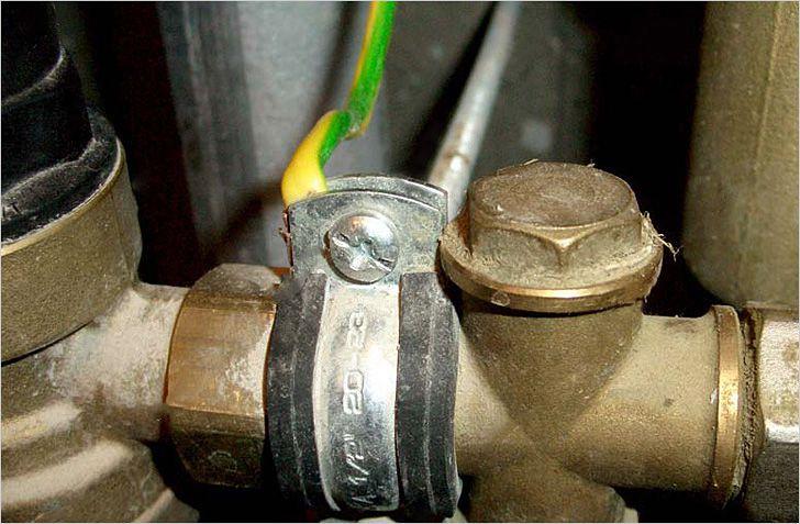Крепление заземляющего провода к трубе с помощью хомута