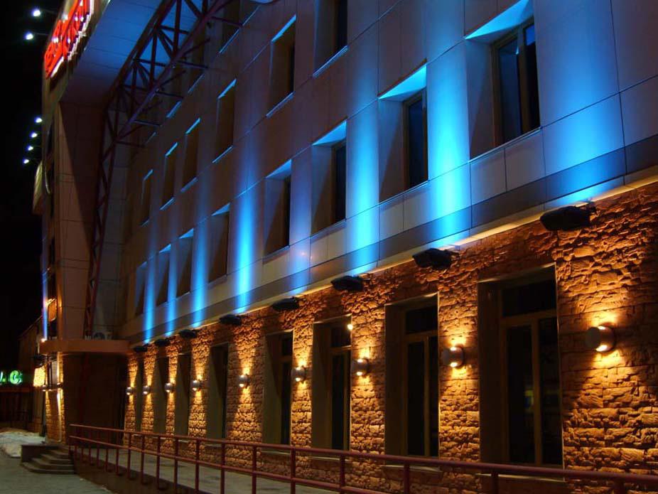 Светильники для освещения участков стены здания