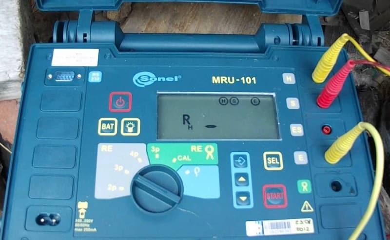 Органы управления, разъемы для подключения щупов и индикатор измерителя MRU-101