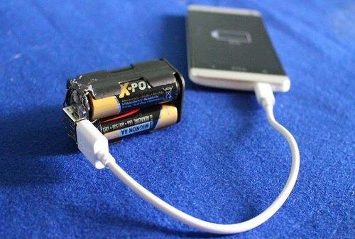 Зарядка телефона от пальчиковых батареек