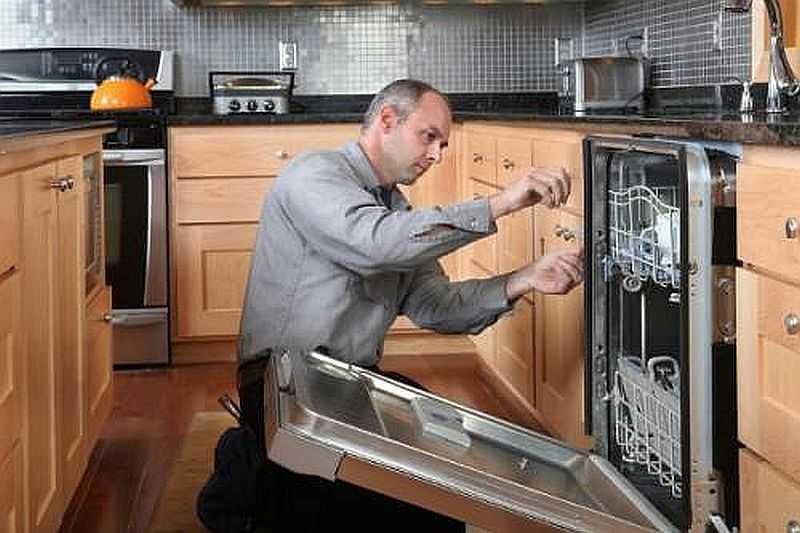Подключение посудомоечной машины встраиваемого типа происходит до ее установки в шкаф