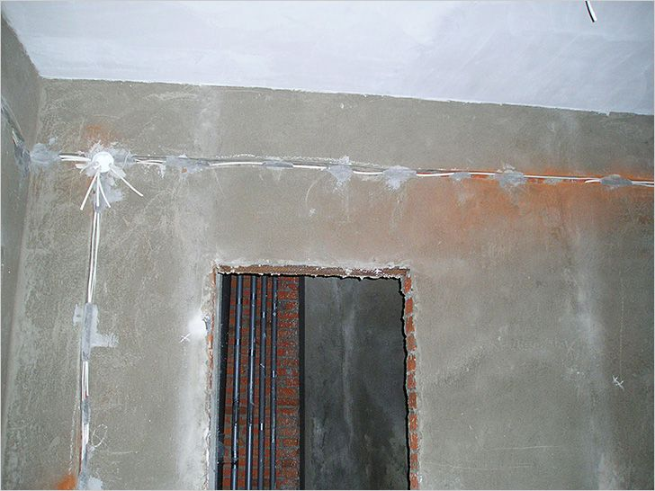 Проводка выполнена за пределами ванной комнаты