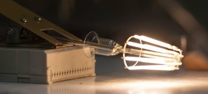 Разбитая филаментная лампа тоже работает