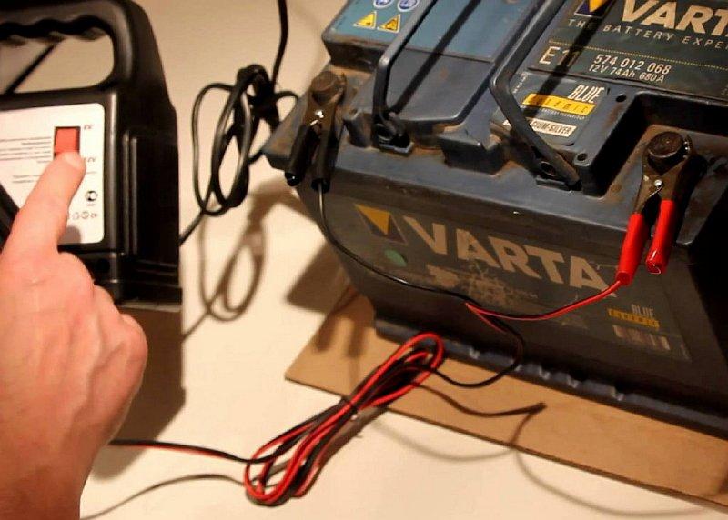 На фото - зарядка аккумуляторной батареи авто, korisni-porady.at.ua