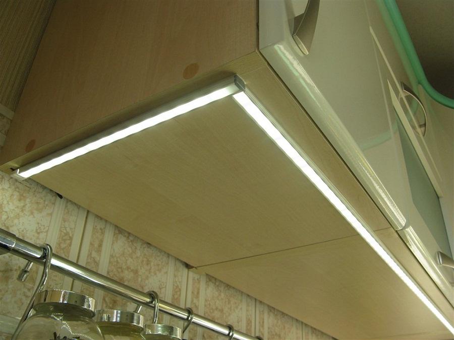 Светодиодные ленты могут быть установлены по переднему краю верхних шкафов. Электропроводка прячется за шкаф.