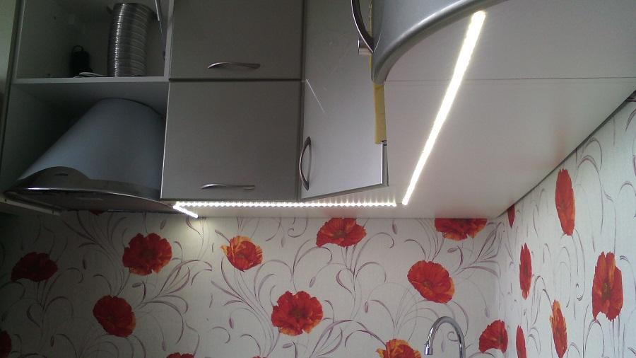 Светодиодную ленту можно приклеить к дну шкафов. В этом случае желательно применять защищенную вид.