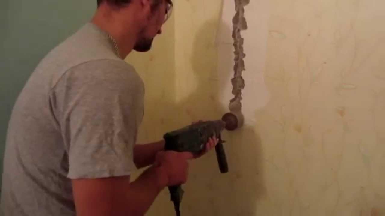 Штробим стены в ванной комнате или смежном помещении