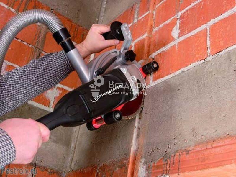 Штробление кирпичной стены специальным штроборезом