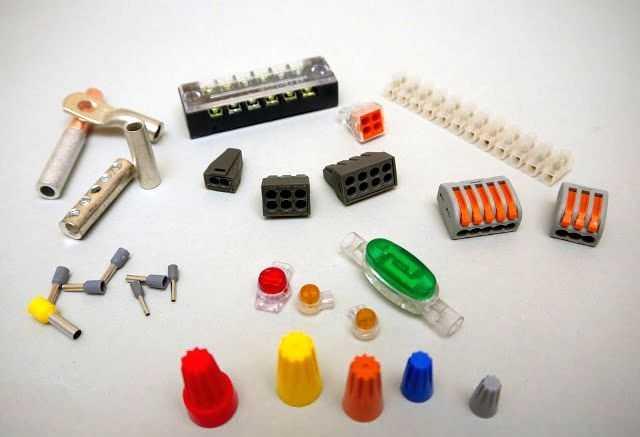 Соединение проводов без пайки и сварки требует наличия соединителей. Это могут быть винтовые клеммные колодки или подпружиненные зажимы, колпачки