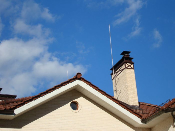 Стержневой молниеприемник на крыше дома