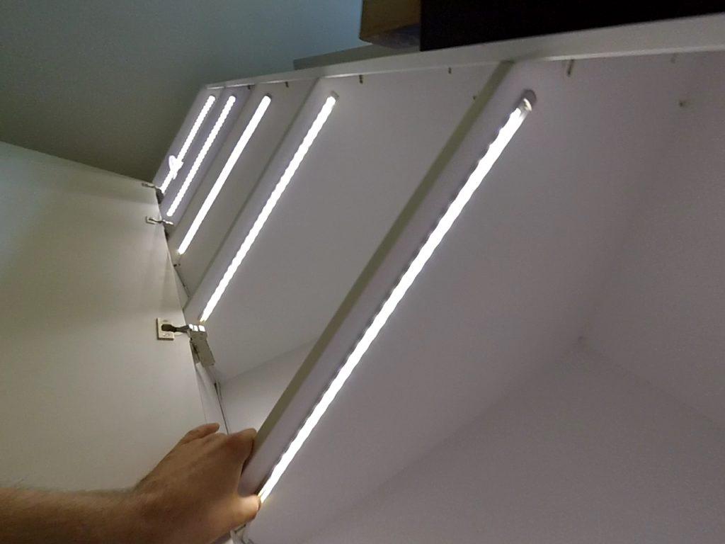 Фото полок шкафа подсвечиваемых светодиодной лентой