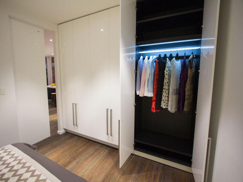 Подсветка шкафа для одежды LED лентой