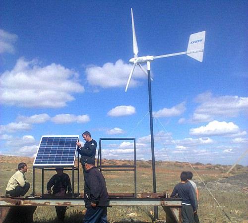 Специалисты устанавливают ветрогенератор