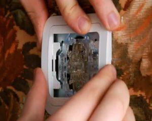 Как снять декоративную накладку с выключателя