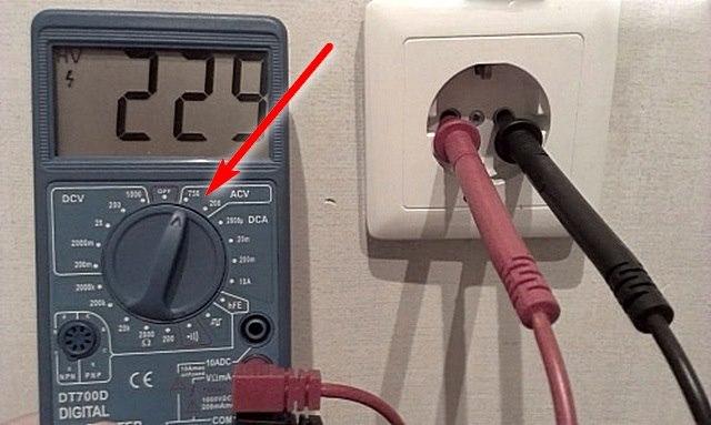 Мультиметр показывает наличие напряжения
