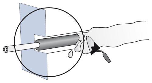 После того как кабель закреплен в штробе, его покрывают штукатуркой — цементной или гипсовой