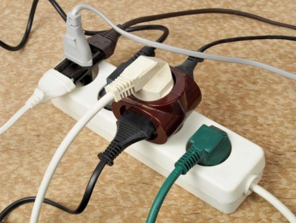 Одной из причин периодического отключения автомата является слишком большое количество подключенных электроприборов