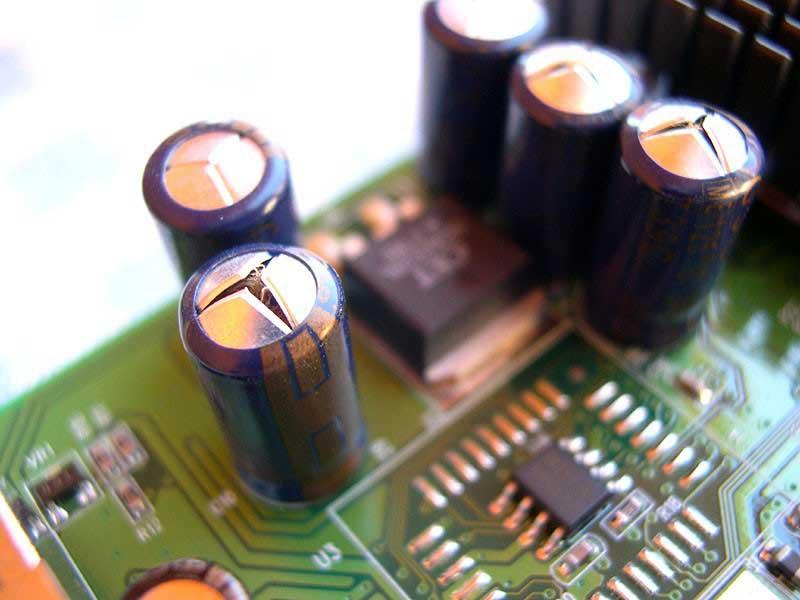 Внешний вид лопнувших конденсаторов