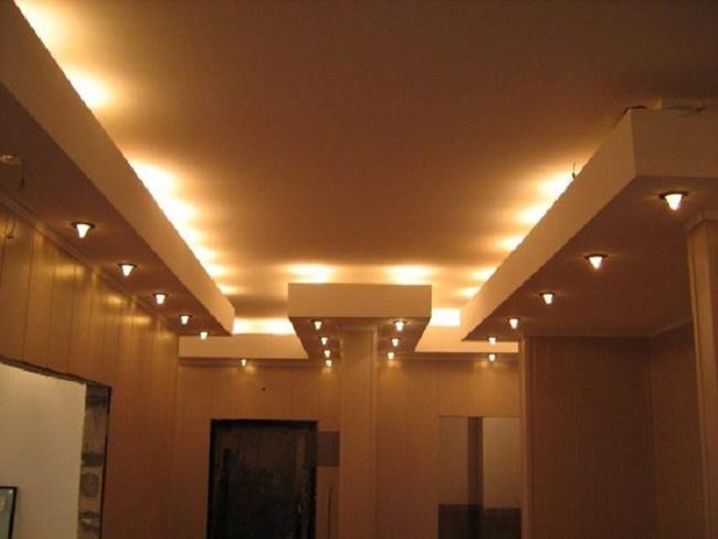 Вариант зонального типа освещения на потолке
