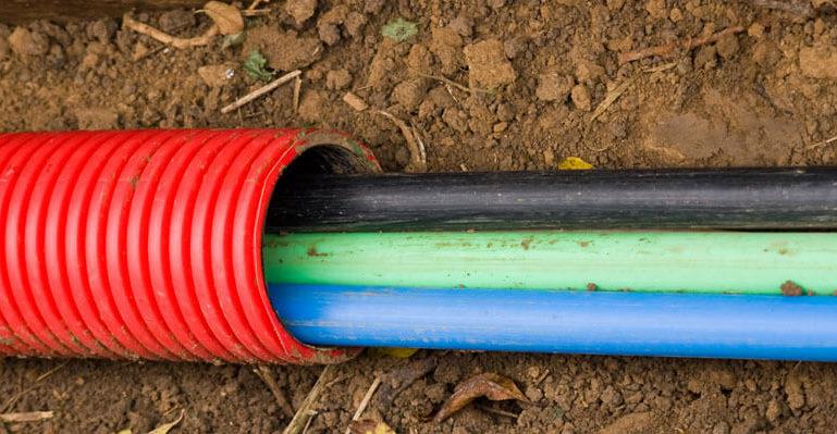 Кабель в гофрированной трубке для электрификации забора