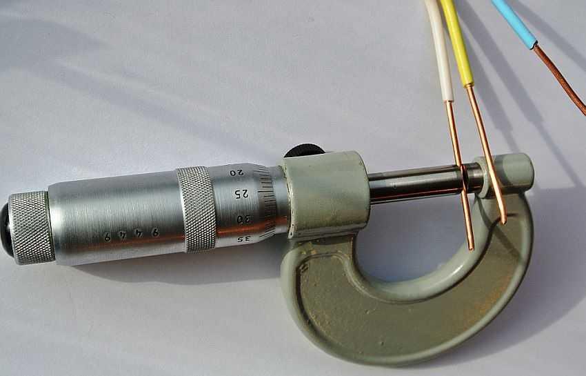 Измерения диаметра провода микрометром более точные, чем механическим штангенциркулем