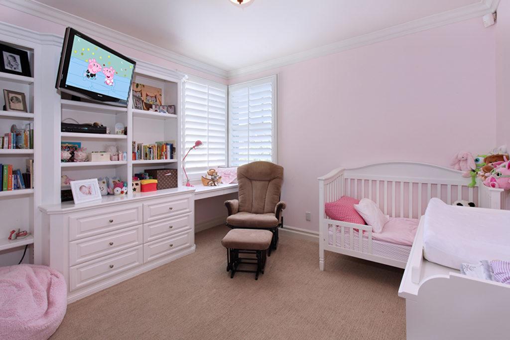 Телевизор в детской комнате девочки