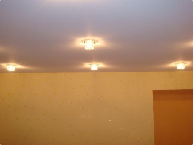 Точечные светильники для натяжных потолков.