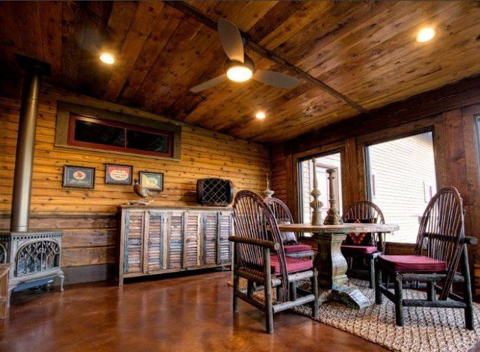 Светильники на деревянном потолке дачной веранды
