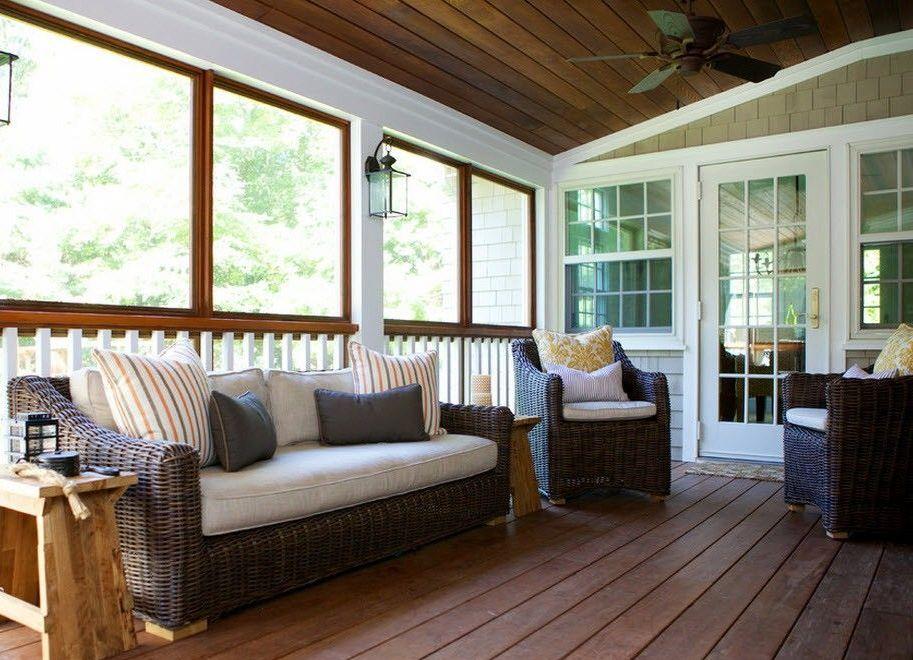 Мебель из ротанга с мягкими подушками на дачной веранде